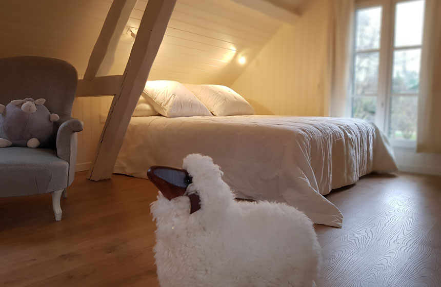 Your bedroom at Chés-Mouch'à-Miel, at the heart of the Hortillonnages floating gardens