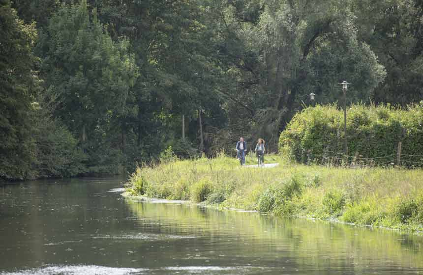 Cycling path along the river Somme, all the way to the Somme bay for the most adventurous