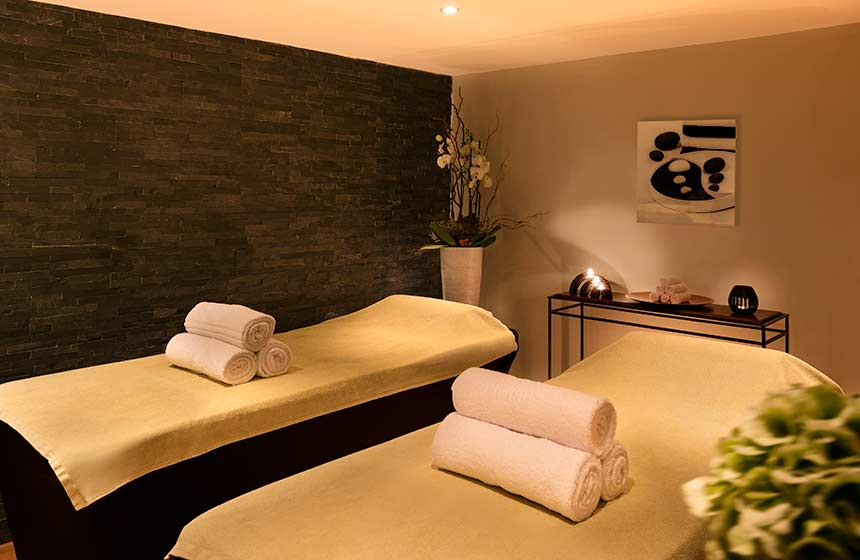 Why not treat yourselves to a romantic massage-for-two during your stay at Château-de-Montvillargenne hotel in Northern France