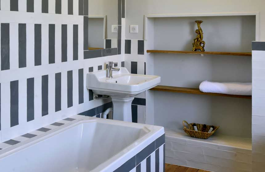 "Suite ""Avec Vue"": bathroom"