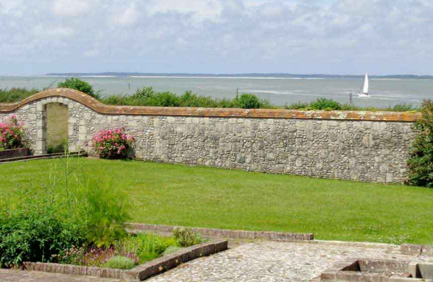 … and Hotel Le Cap Hornu's garden leads right up to the Somme Bay!