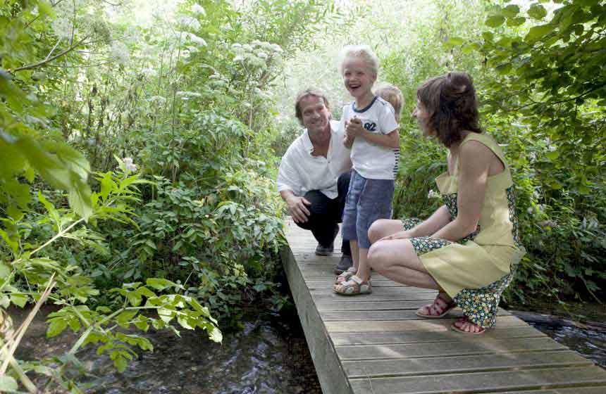 La Maison de l'Omignon - Parents and children in the garden - Vermand