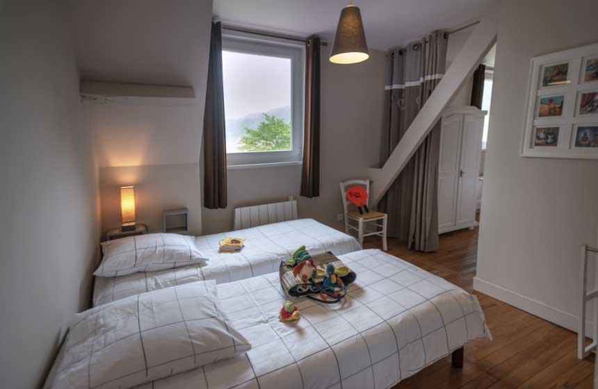 … and there's also a bedroom with 4 single beds at Villa des Groseilliers gite