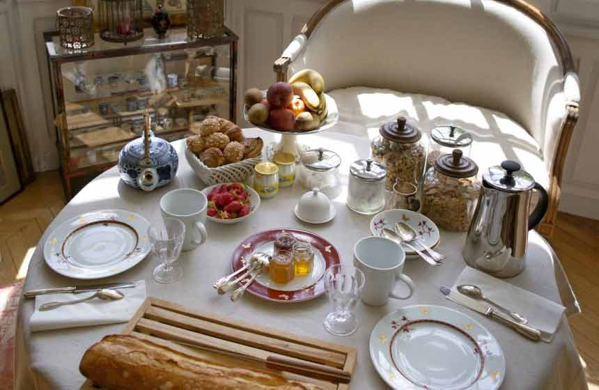 … and a romantic breakfast is the best way to start your day at Villa du Châtelet in Compiègne, Northern France