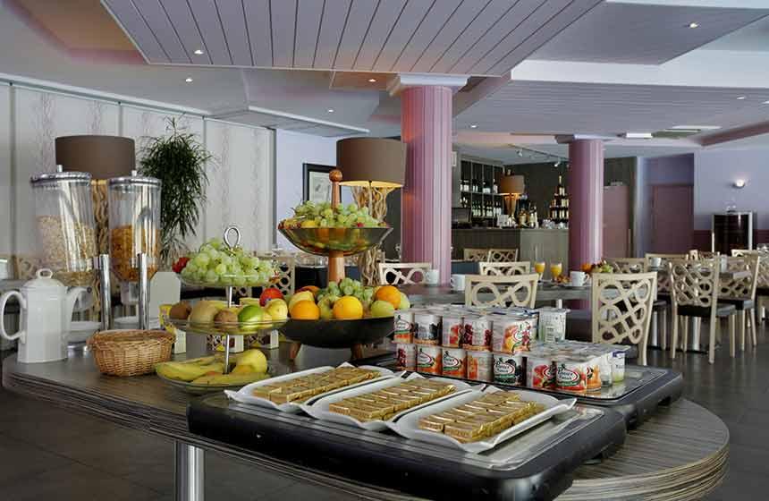 Tuck into a big French buffet breakfast at Hôtel du Golf de l'Ailette in Chamouille
