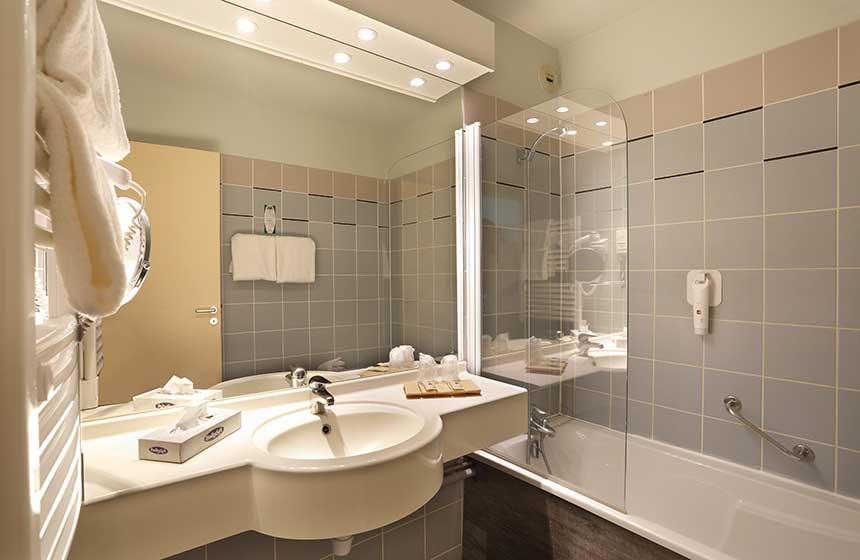 Modern bathrooms at Hôtel du Golf de l'Ailette in Chamouile