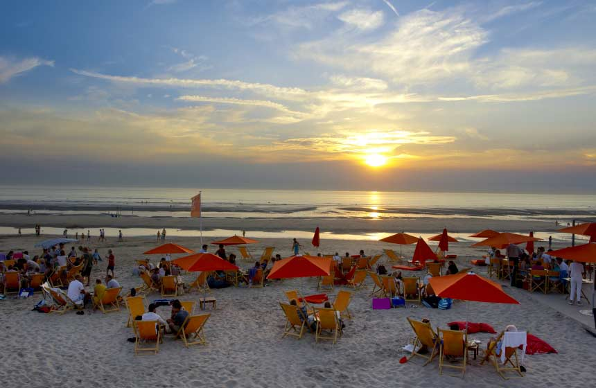 Le Touquet's seasonal beach bars are a great place to enjoy a sunset aperitif with sandy toes!