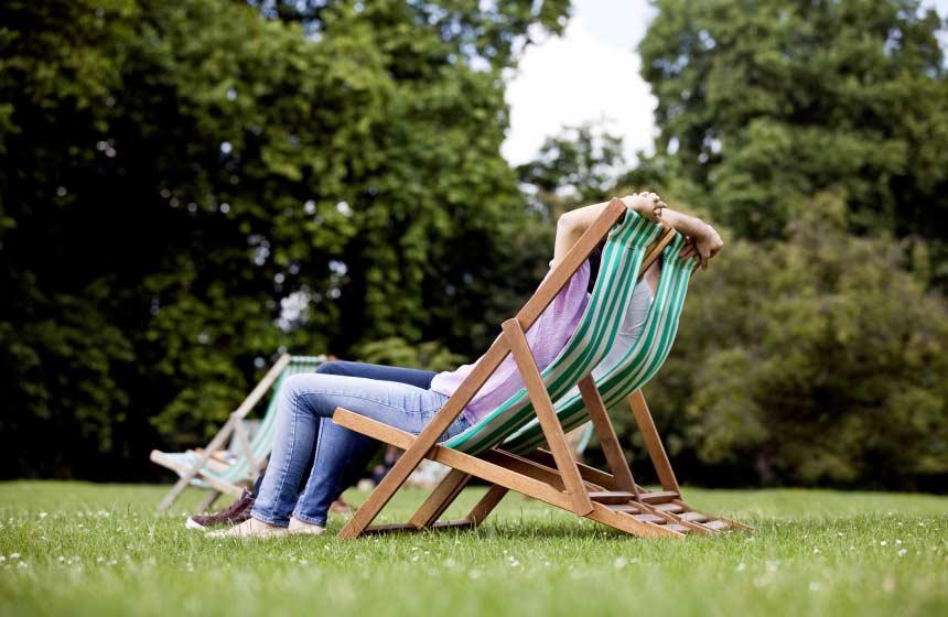 Se-relaxer-daans-les-transats-du-Domaine-des-Celestins