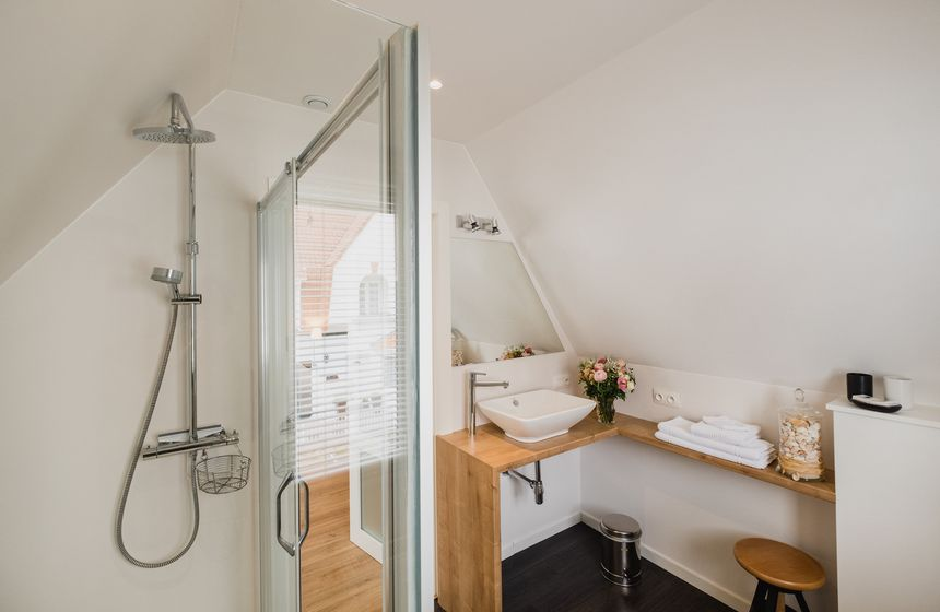 … and a contemporary en-suite with large walk-in shower