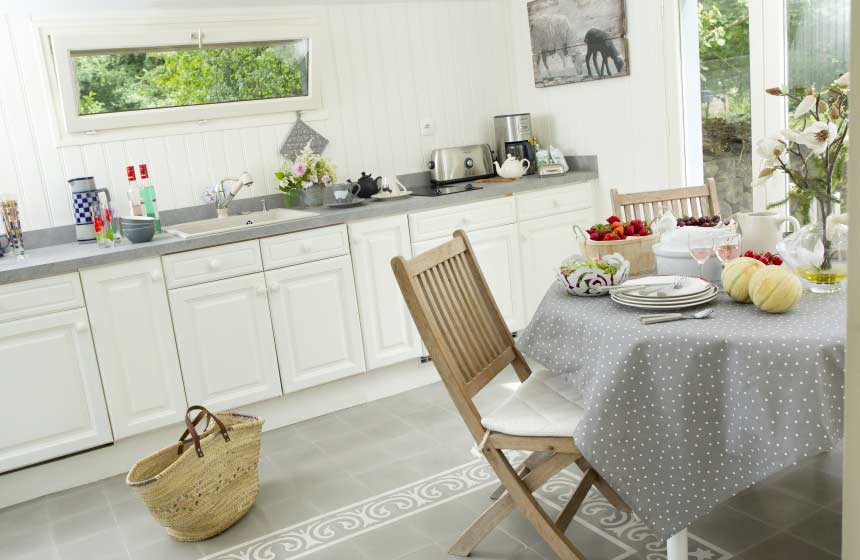 Your Amiens holiday cottage's cosy interior features this well-equipped kitchen