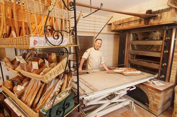 Boulanger Pâtissier Bigot croissants baguettes Mâchicoulis Pierrefonds Oise Northern France
